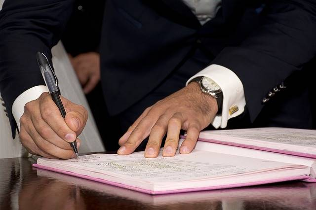 Arti Idiom SIGN ON THE DOTTED LINE